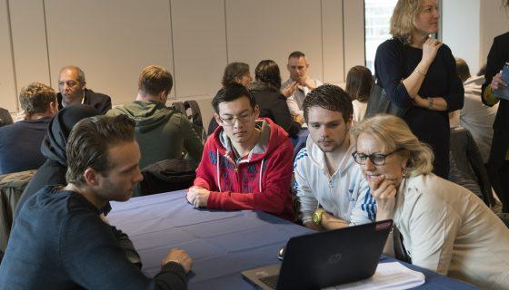 Jongeren discussiëren over logistiek